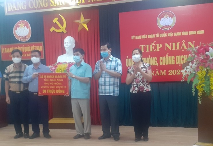Ủy ban MTTQ Việt Nam tỉnh Ninh Bình tiếp nhận ủng hộ phòng, chống dịch COVID-19